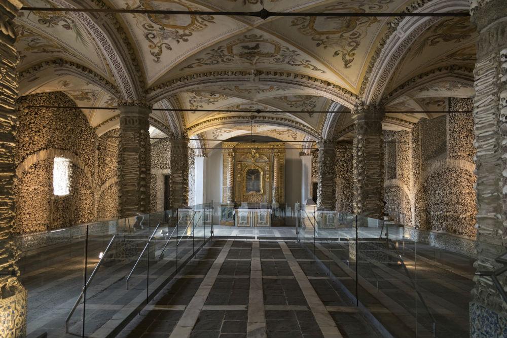 Interior da Capela dos Ossos. Foto: iStock